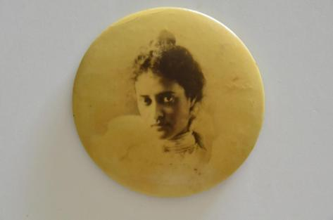 Kaiulani button
